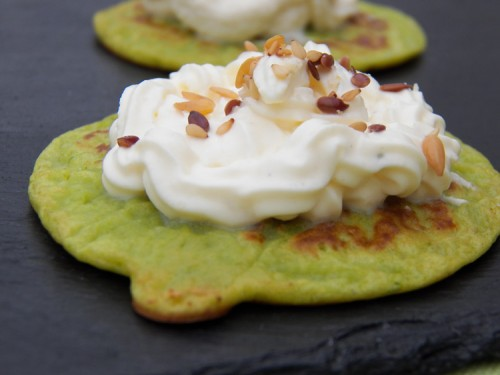blinis de petits pois et chantilly de boursin