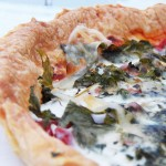 Quiche sans oaufs,  la tomates, aux fanes de radis et au fromage comt