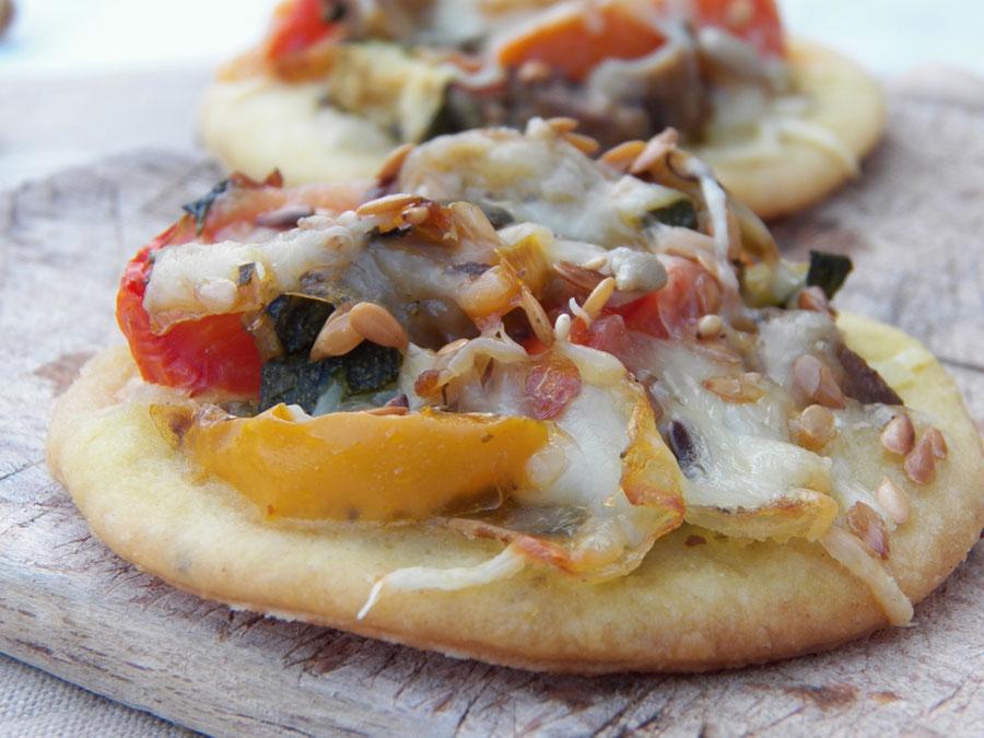 mini pizza végétarienne aux legumes grilles au pesto de pistaches
