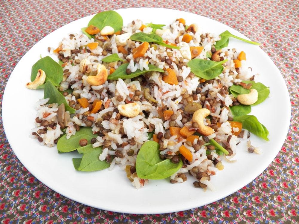 Salade de riz, lentilles, épinards et noix de cajou
